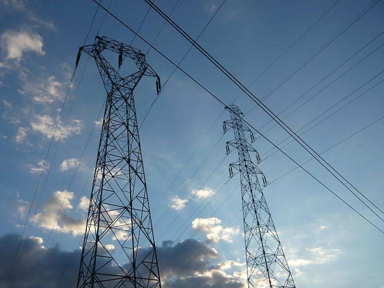Image du ciel et des câbles électriques